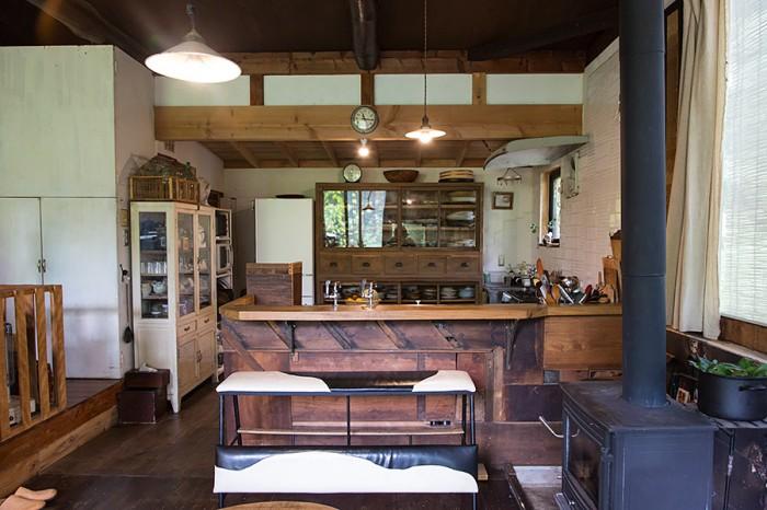 キッチンカウンターはもちろんKINTAさん作。益子の器が収められた食器棚は古いものに手を入れて使いやすく丈夫なものに改良。