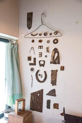 洗面台の右側の壁面。なにかの用途のために作られた鉄のカタチが、時間を経て見せる表情のおもしろさ。