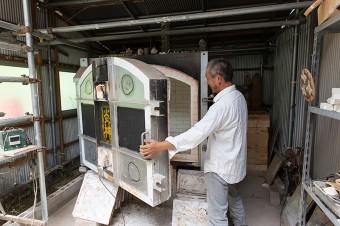 KINTAさんの作業場にある灯油燃料の陶芸窯。洗面所で使っている大型の洗面ボウルもこの窯で焼ける。