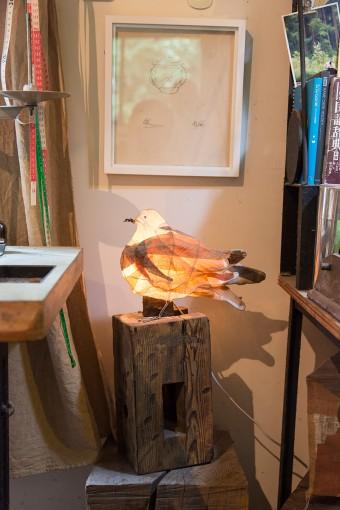 上のバーナード・リーチのサインは、美雪さんの祖母が住んでいた飛騨高山の民芸館でもらったもの。草木染めの布を使った鳥のオブジェは東京の「スターネット」の展覧会に出品したシリーズ。