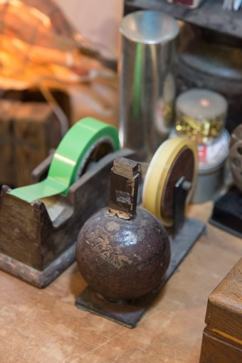 ずっしりと重くなければならないテープカッターには、なんと砲丸投げの球が使われていた。鉄球を鉄の台に載せ、テープを切る歯を溶接してある。武骨で味のある存在感がたまらない。
