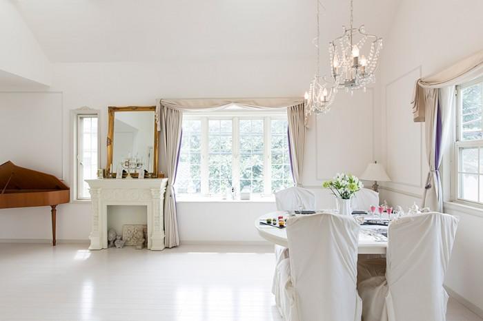 壁のモールディングや窓枠、インテリアがヨーロッパの邸宅を思わせる。