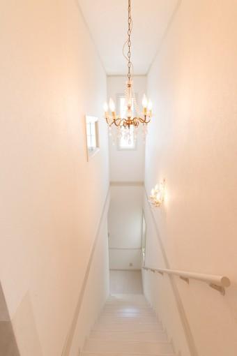 廊下、階段も白で統一。リフォーム時に、キッチンのシンク前には窓を設けた。