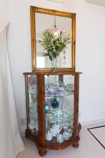 玄関のキャビネットには、ヨーロッパで買い集めた陶磁器やガラスの食器などをディスプレイ。
