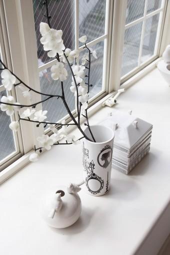 フランスのHabitat、イタリアのSELETTIでなどで購入した陶磁器を出窓に飾る。