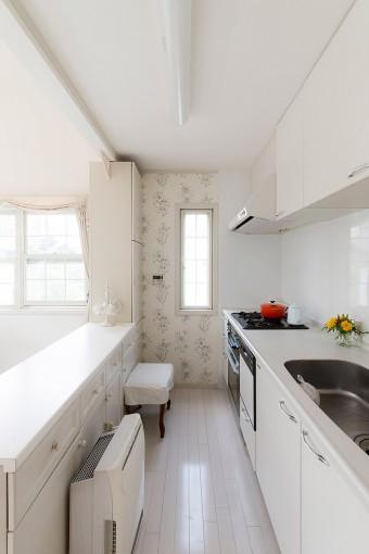 無駄なものが一切ない、美しいキッチン。ボタニカル模様の壁紙がアクセント。