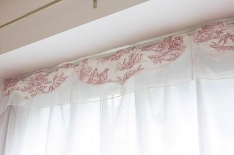 トワル・ド・ジュイの生地をカーテンの一部にアレンジ。繊細な模様は華やかさをプラス。