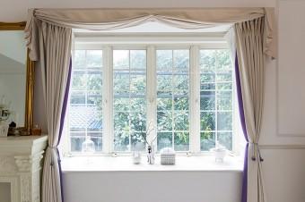 窓からは緑も望める。お手製のカーテンがゴージャス。