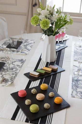 瓦プレートを使った演出は、ジョエル・ロブションで供されていたスタイル。テーブルが華やかに。