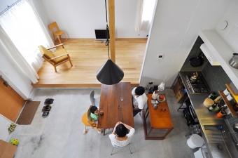 2階寝室前から1階を見る。ダイニングテーブルはフィリピンで使用されていたもの。