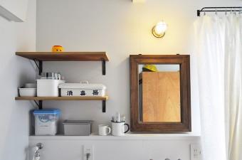 浴室前の洗面コーナー。鏡も古いものをネットから購入した。