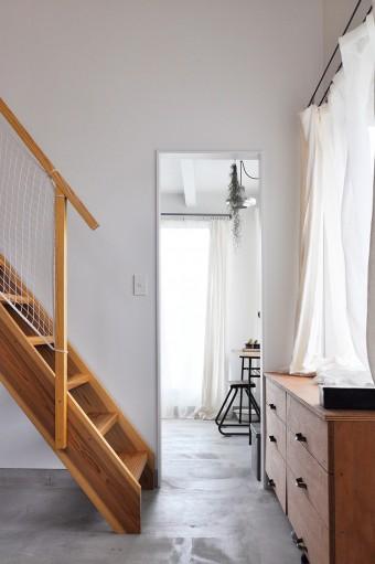 奥がユーティリティのスペース。コーナー部分のカーテンが独特の柔らかい雰囲気を創り出す。