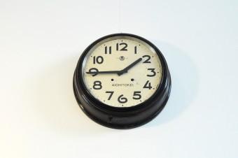 静岡の古道具屋さんで購入した時計。ゼンマイ仕掛けの物が電動式に改造されている。