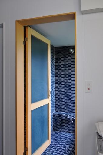 浴室にもキッチンと同じ丸形のタイルが張られている。こちらは深いブルー系の色。