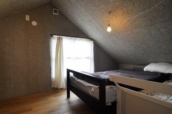 2階寝室の壁・天井に使用されている木毛セメント板は「味がある」ということでリクエストしたもの。