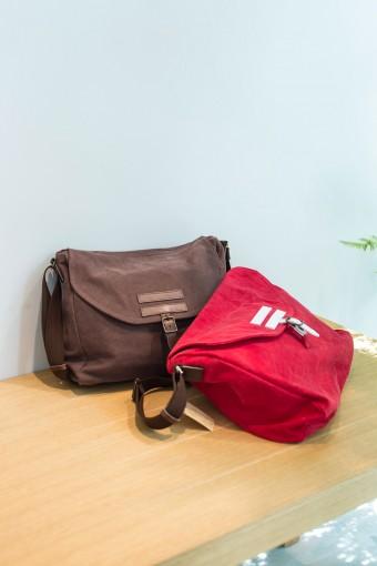 KITTEらしいものを選ぶならこんなバッグはいかが。取り出しグチにはファスナーや金具を使わずに縫い口だけのオープン口仕様を採用。柔らかな帆布は触り心地◎。製造元の「BAGWORKS」は一大バッグ生産地の兵庫県豊岡市の企業。 POSTMAN(ポストマン) ¥9450