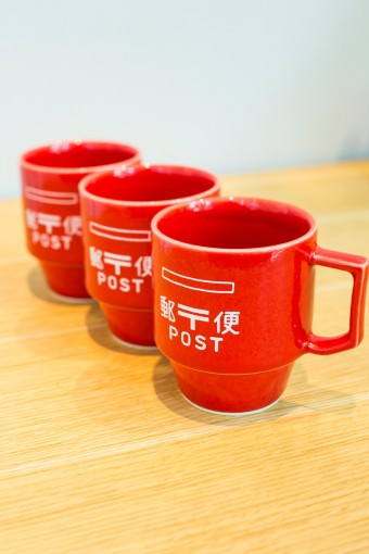 中川政七商店でも人気の高い波佐見焼のブランド「HASAMI」のKITTE限定商品は真っ赤な郵便ポストがモチーフのブロックマグ。しっとりとした手のなじみの良さも味わい深い。 HASAMI KITTE限定 ポストマグ ¥2100