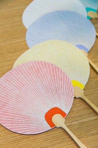 色とりどりで丸いので「いろまる団扇」と名付けられたそう。細い竹骨に薄い紙が、京都の職人さんの技が光る。カラーバリエーションも豊富なので、手持ちの浴衣とコーディネートしてみて。 いろまる団扇 ¥1050
