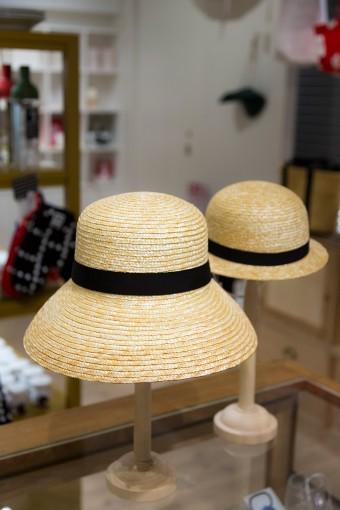 埼玉県春日部市で明治のころから帽子店を営む「田中帽子店」に別注したオリジナルの麦わら帽子。日本人の頭のかたちに合わせた木型を使い、旧式ミシンで丁寧に縫いあげられている。畑仕事やガーデニング用に、またお出かけや旅行にも携えたい。子どもとお揃いも◎。 麦わら帽子 ブリム ¥6300(手前) チャイルド ¥4725(奥)