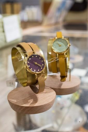 一点一点異なる表情を見せる「シーブレーン」の腕時計は文字盤やベルトもひとつひとつ金沢のアトリエで手作業で製作されている。華奢なデザインは女性の腕を美しく見せてくれそう。また、値段が文字盤やベルトの材質やデザインによってそれぞれ異なるので、店舗にて確認を。 シーブレーン いずれも¥24570(文字盤¥21420+ベルト¥3150)