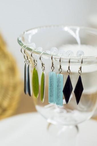 1981年名古屋生まれ、現在は埼玉県北本市のアトリエで制作活動を行う近藤健一の七宝焼きのジュエリー。金属にガラス質の釉薬を焼き付けて制作されている。柔らかな色合いと、ガラスならではのつややかで涼しげな印象で和洋装・年齢を問わず楽しめる。お気に入りの色や形の組み合わせを見つけてみて。 shippo jewelry ¥11550