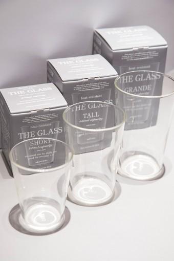 持ちやすい形状と飽きのこないデザインで、生活になじむグラスがこちら。大規模展開しているコーヒーチェーン店のカップと同じ形状・容量とあって、万国共通のスタンダードと言える。大きさは3種類。ショート・トール・グランデ。製造は老舗ガラスメーカーのハリオグラス。その品質はお墨付きだ。電子レンジ・食器洗い洗浄機使用可。 THE GLASS SHORT ¥1029円 容量240ml TALL ¥1239円 容量350ml GRANDE ¥1449円 容量470ml