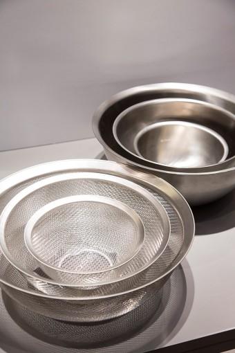 料理研究家の有元葉子さんが「用の美にかなった基本的な道具」を目指し、新潟県燕市のステンレスメーカーと開発したキッチンツールのシリーズ。ステンレスボウルシリーズは特に、フチの巻き込みがないことで、汚れがたまりにくく、液体切れもいいことが特徴。作り手の使い勝手を考えて作られた逸品。 THE ステンレスキッチンウェア ラバーゼ(la base) ステンレスボウル 大¥3780 中¥2835小¥2310 ステンレス丸ざる 大¥4515中¥3150小¥2310