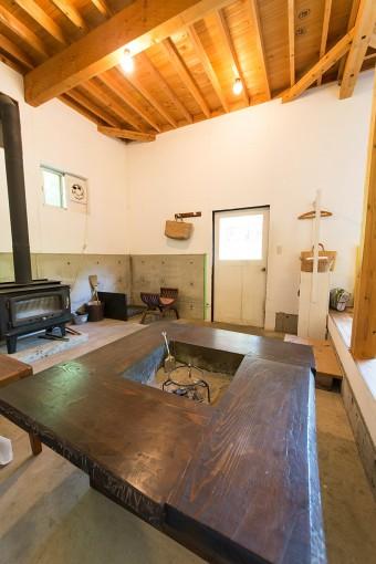 薪ストーブや、炉のあるテーブルなど、火を使う道具は、コンクリート打ち放しの場所で使う。