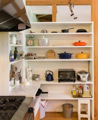 カラフルなル・クルーゼの鍋が収められた棚は昨年末に新しく作ったもの。「必要なものがあれば、自分で作ってしまうスタイルです」 テーブルやイスもwakaさんの手作りのものがたくさん。