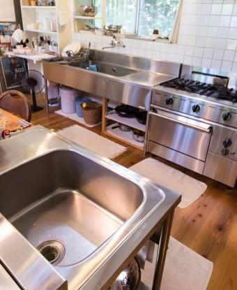 料理上手なwakaさんのキッチンへのこだわりは、2つシンクを作ったこと。「洗い物をしながら料理を作ったり、お客さんが水道を使いたい時、便利なんです」 ちなみに冷蔵庫も2台!