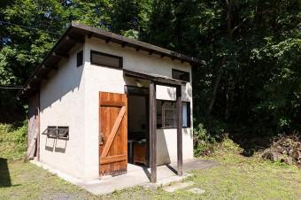 アトリエの隣に〈waka studio〉のギャラリーがある。