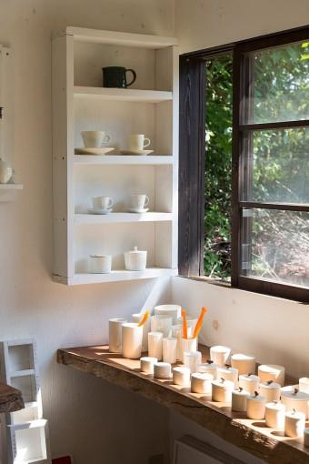 ギャラリーには、山桜の枝のふた物、食器立て、コーヒーカップや皿など、wakaさんの白い器が並ぶ。