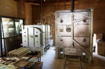 ガス燃料の陶芸窯が2つ並ぶ。東日本大震災の揺れで窯が大きく動いてしまって、業者に頼んで定位置まで戻してもらったそうだ。