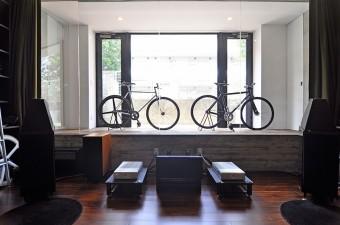 自転車はパーツごとに買って自分で組み立てた。そのための組立用の専用工具もそろえたという。
