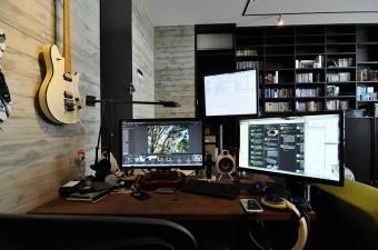 インターネットプロバイダーの会社でプログラミングの仕事をしている大泉さん。デスクに置かれたPC機器ももちろん充実。