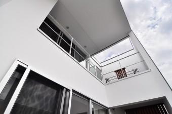 ベランダの上には3階から大きな庇が張り出している。3階はリビングの上が寝室で、キッチンの上に浴室がある。