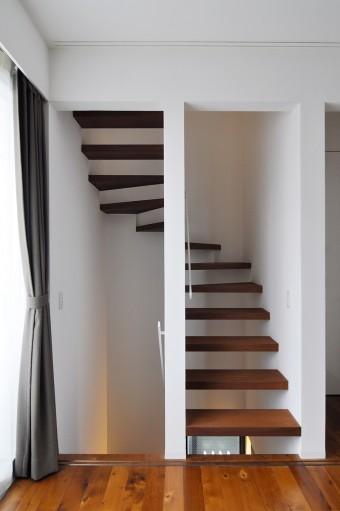 上の写真右側の引き戸を右にスライドさせると階段室が現れる。