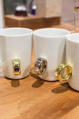 指輪をはめるように、カップの取手に薬指を入れて、そのまま湯呑みを持つようにカップを握ると……! 遊び心あふれる一品。ジュエリーケースに見立てた箱もキュート! Cup Ring ¥3675