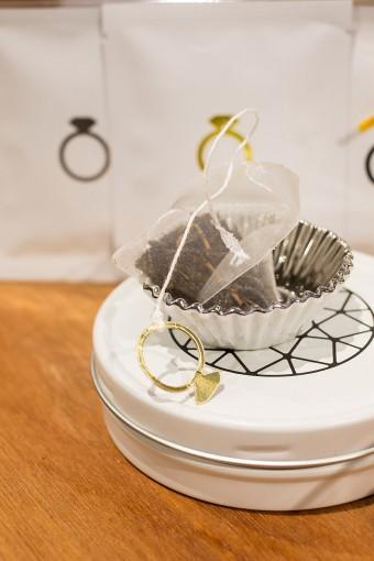 そんなティーバッグに永遠の輝きを持つダイアモンドリングをデザイン。リングを指に通してティーバッグをジャンプさせると、華やかな香りで優雅なティータイムに。茶葉は国産紅茶発祥の地、静岡の茶葉を使用した、香り豊かな3種類のフレーバー。 Tea Ring 6パック ¥2100