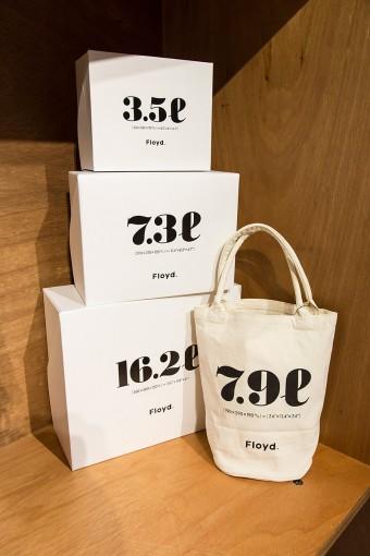 Floydオリジナルのエコバッグとギフトボックス。大きく描かれたリットル表記のデザインはバッグやボックスの容量を表している。ギフトボックスは整理ボックス用途として自分用に買い求める人も。 Floyd 6.7L BAG ¥1890 ギフトボックス 3.5L ¥250 7.3L ¥350 16.2L ¥450
