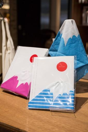 ハンカチーフの中央をつまむと日本一の山・富士山が登場。そのアイデアに脱帽! 男女問わず使える色使いも嬉しい。静岡市在住のデザイナー池ヶ谷知宏さんがデザイン。 Hankachi FUJI ¥1050
