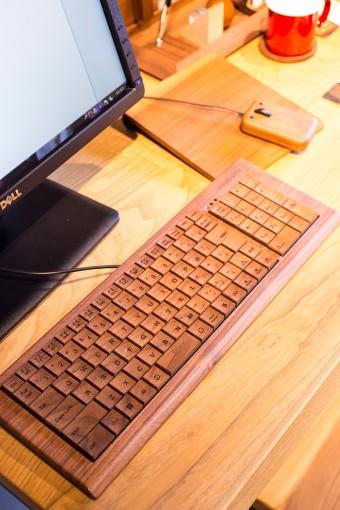 タイピングキーを含め、外装すべてを木で作ったキーボードは、コトコトというタイピングの音が心地よい。無機質なPC周りを潤してくれるアイテム。どうせならマウスやマウスパッドまでお揃いにしちゃう!? Full Ki-Board フル 木ーボード:メープル ¥89250