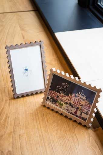 切手のユニークな形と木のあたたかみがベストマッチなフォトフレームはKITTE限定。一番のお気に入りの写真を入れたい。 KITTE限定 切手型Photo Frame:アルダー、ウォールナット ¥3675