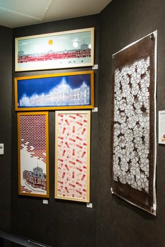 KITTE限定の手ぬぐいは、東京駅の駅舎をモチーフにした絵画調の柄と、ポストと鳩がモチーフの可愛らしいもの。贈る人の高いセンスが見てとれる、新・定番東京みやげだ。右に飾られているのは、染色用具の伊勢型紙(非売品)。  (上から)TOKYO STATION  ¥1365 大江戸東京駅之図 ¥2100(切画作家:風祭竜二 作) (下左)レンガの東京駅 ¥1260 (下右)ゆうびん ¥1050
