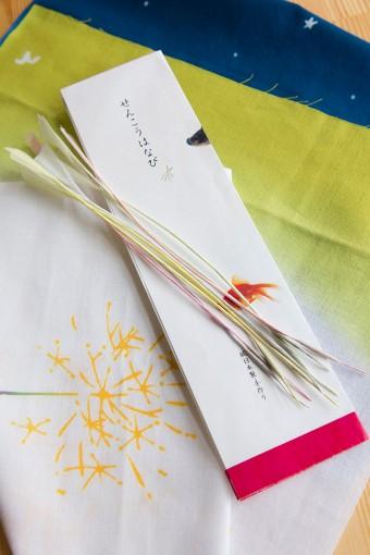 グラデーションが美しい線香花火の手ぬぐい。夏の終わりに楽しみたい風流な一枚。純日本製の線香花火はなくなり次第終了なのでお早めに。 線香花火の手ぬぐい ¥1365 線香花火 ¥840