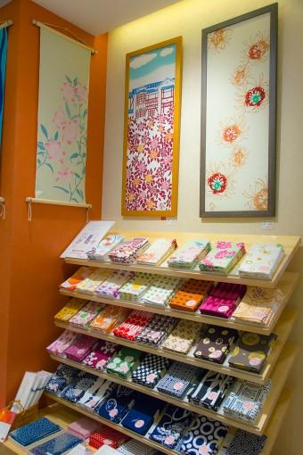 夏の終わりを手ぬぐいで感じたら、秋の訪れも手ぬぐいで。粋な人を気取りたいなら、少し先取った季節の手ぬぐいを持つと良いのだそう。 (右)曼珠沙華 ¥1260 (中央)鎌倉の文学館 ¥1260 (左)百合 ¥1260