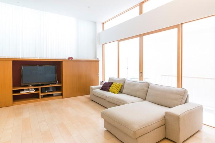 床面積が広いだけでなく、天井も高いリビング。ソファの奥のガラス戸を引き込めば、空間はさらに広くなる。