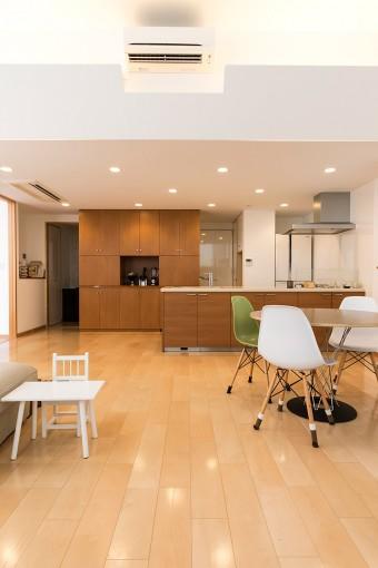夫妻ともにスッキリとしたインテリアが好みだったため、リビングとキッチンに大型の造作収納をリクエストした。