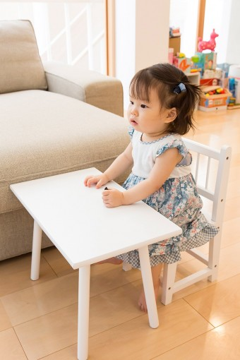 自分用の机と椅子に座る柚乃ちゃん。このテーブル&椅子セットは雑貨屋さんで見つけたもの。