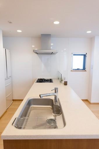 キッチンカウンターは幅も奥行もたっぷりととってあるので、何人かでキッチンに立つこともできる。